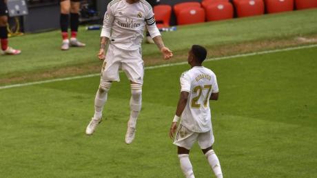 Torschütze Sergio Ramos (l) feiert nach dem umstrittenen Elfmeter den Sieg von Real Madrid.