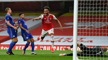 Pierre-Emerick Aubameyang (M) bejubelt das 1:0 für den FC Arsenal im Spiel gegen Leicester City.