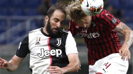 Simon Kjaer (r) vom AC Mailand im Kopfballduell mit Gonzalo Higuain von Juventus Turin.