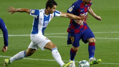 Barcelonas Lionel Messi (r) kämpft mit Marc Roca von Espanyol um den Ball.