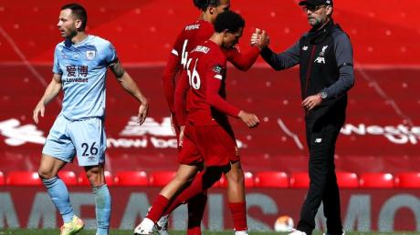 Im Anfield Stadium gibt nach dem Abpfiff Liverpools Trainer Jürgen Klopp (l) Virgil van Dijk die Hand.