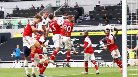 Toby Alderweireld (2.v.l) köpfte Tottenham zum Sieg gegen Arsenal.
