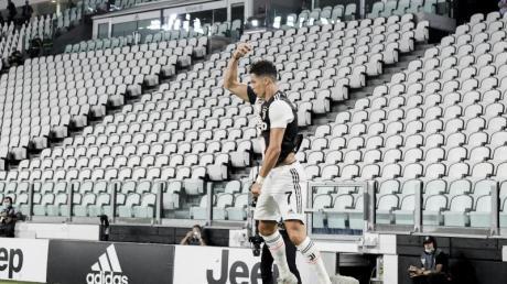 Juves zweifacher Torschütze Cristiano Ronaldo jubelt vor der leeren Tribüne.