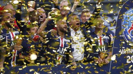 Die Spieler von Paris Saint-Germain feiern ihrenSieg über Olympique Lyon im Finale des Ligapokals.