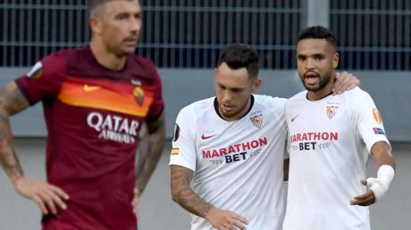 Sevillas Youssef En-Nesyri (r) jubelt nach seinem Treffer zum 2:0 gegen AS Rom mit einem Teamkollegen.