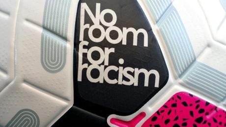 In England können Fußballspieler bald für diskriminierendes Verhalten mit einer Sperre von sechs bis zwölf Spielen belegt werden.