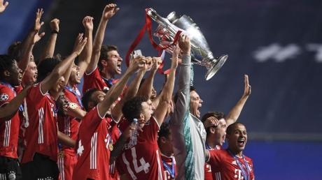 Bayerns Torhüter Manuel Neuer stemmt die Trophäe in die Höhe und jubelt mit dem Team.