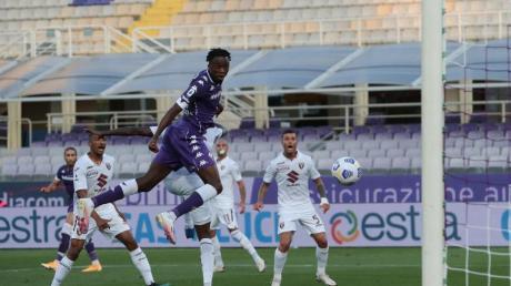 Christian Kouame vom ACFlorenz köpft auf das Tor des FC Turin.