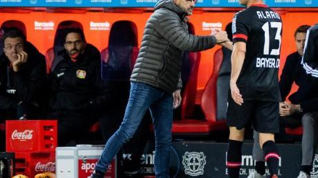 Leverkusens Trainer Peter Bosz (l) hat in Lucas Alario derzeit nur einen Mittelstürmer.