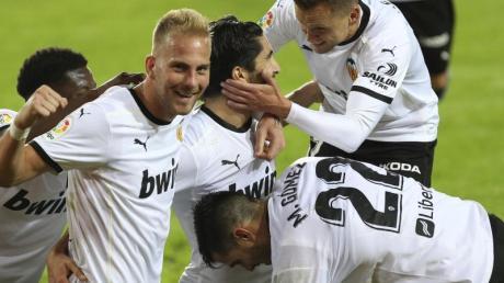 Spieler von Valencia feiern das dritte Tor ihrer Mannschaft beim 4:1-Erfolg gegen Real Madrid.