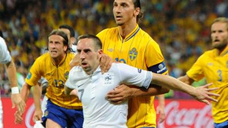 Oft sind sich Franck Ribéry (M/vorn) und Zlatan Ibrahimovic (dahinter) noch nicht in die Quere gekommen, wie hier bei der EURO 2012.