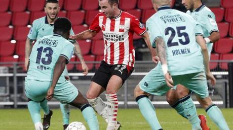 Mario Götze (M) spielt jetzt für den PSV Eindhoven.