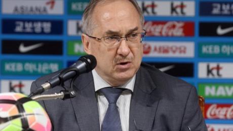 Fußballtrainer Uli Stielike gibt eine Pressekonferenz.