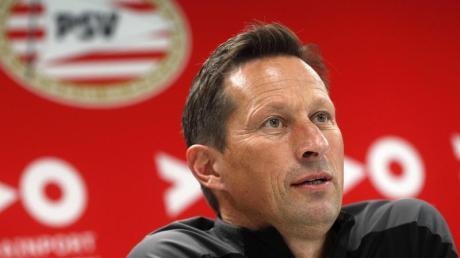 Roger Schmidt, Trainer des niederländischen Erstligisten PSV Eindhoven, spricht bei einer Pressekonferenz.