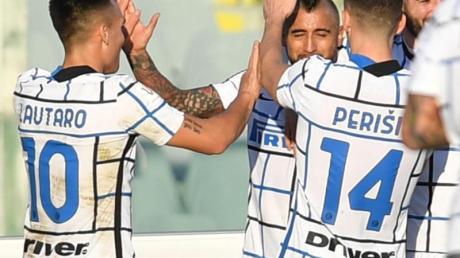 Inter Mailand um Arturo Vidal (M.) setzte sich gegen Florenz durch.
