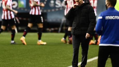 Trainer Zinedine Zidane (2.v.r.) schied mit Real Madrid gegen Bilbao aus.