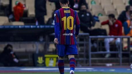 Lionel Messi vom FC Barcelona verlässt das Spielfeld, nachdem er rot gesehen hat.