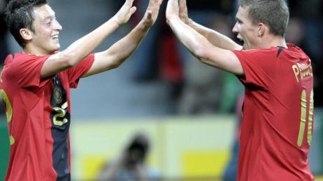 Sehen sich in der in der türkischen Süper Lig wieder: Mesut Özil (l) und Lukas Podolski.