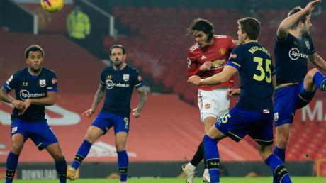 Edinson Cavani von Manchester United (M) erzielt das vierte Tor seiner Mannschaft.