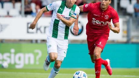 Groningens Arjen Robben (l) im Laufduell mit Almeres Frederik Helpstrup.