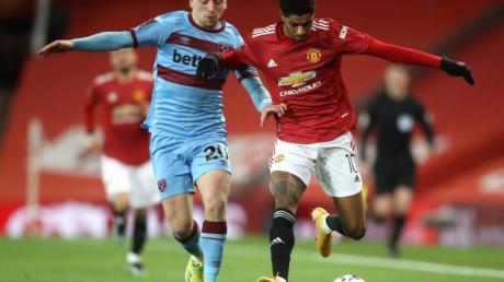 Marcus Rashford (r) von Manchester United gewinnt das Laufduell mit Jarrod Bowen.