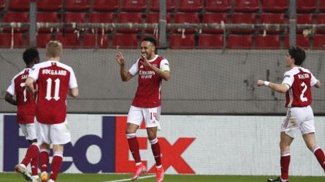 Pierre-Emerick Aubameyang (M) vom FC Arsenal feiert mit seinen Teamkollegen den Führungstreffer.