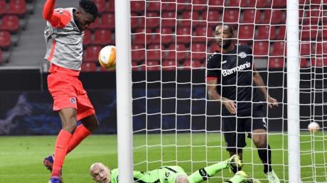 Nach einem Fangfehler von Leverkusens Torwart Niklas Lomb braucht Jordan Siebatcheu (l) nur noch zum 1:0 für Young Boys Bern einzunicken.