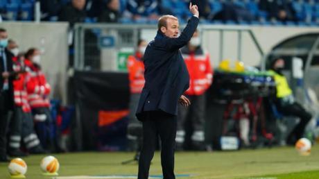 Kann das Europa-Aus nicht verhindern: Hoffenheims Trainer Sebastian Hoeneß gestikuliert an der Seitenlinie.