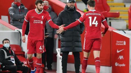 Liverpools Trainer Jürgen Klopp (M) muss länger auf seinen Kapitän Jordan Henderson (r) verzichten.