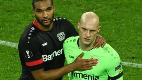 Leverkusens Jonathan Tah (l) und Niklas Lomb nach dem Aus gegen Bern.