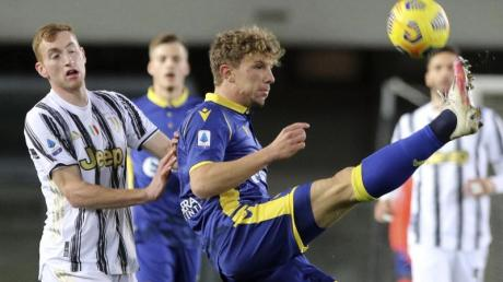 Veronas Matteo Lovato (r) und Juventus Dejan Kulusevski im Zweikampf um den Ball.