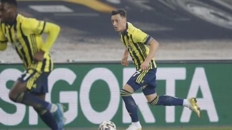 Fenerbahces Mesut Özil (r) treibt den Ball nach vorne.