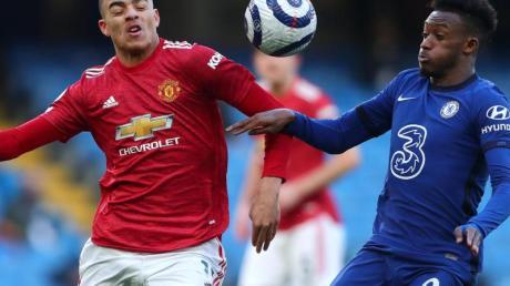 Manchesters Mason Greenwood (l) und Chelseas Callum Hudson-Odoi im Zweikampf um den Ball.