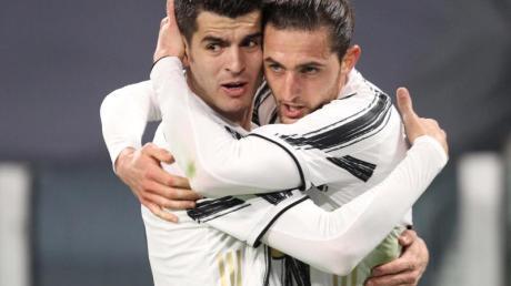 Juves Torschütze zum 1:0, Adrien Rabiot (r), feiert sein Tor mit dem späteren Doppeltorschützen Alvaro Morata.