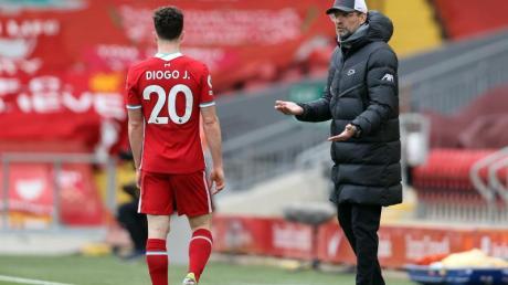 Liverpool-Trainer Jürgen Klopp (r) spricht an der Seitenlinie mit Diogo Jota.