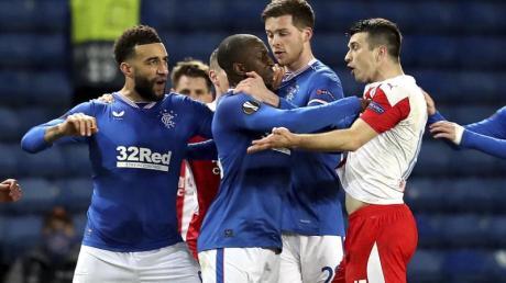 Glasgows Glen Kamara (2.v.l) wird von Teamkollegen zurückgehalten, als er gegen Ende des Spiels vom Prager Ondřej Kúdela mutmaßlich rassistisch beleidigt wurde.