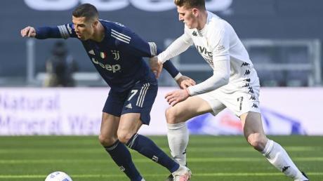 Superstar Cristiano Ronaldo (l) musste sich mit Juventus gegen Benevento mit Adolfo Gaich geschlagen geben.