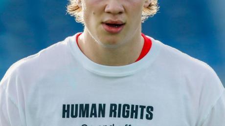 """Norwegens Erling Haaland trägt beim Aufwärmen ein T-Shirt mit der Aufschrift """"Human Rights. On and off the pitch""""."""