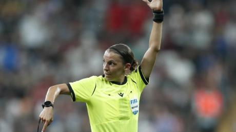 Frappart hat als erste Fußball-Schiedsrichterin ein WM-Qualifikationsspiel der Männer geleitet.