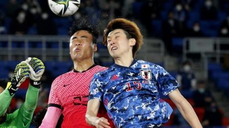 Erzielte im WM-Quali-Spiel gegen die Mongolei drei Tore: Der Japaner Yuya Osako (r/in Aktion bei einem Länderspiel gegen Südkorea).