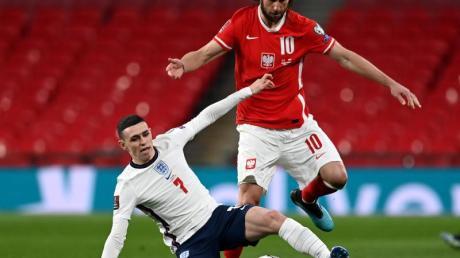 Englands Phil Foden (l) kämpft gegen den Polen Grzegorz Krychowiak um den Ball.