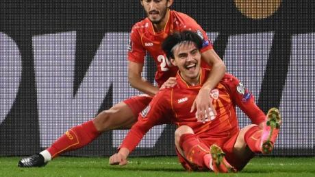 Nordmazedoniens Torschütze Eljif Elmas (r) und Mannschaftskamerad Stefan Spirovski feiern das Tor zur 2:1-Führung gegen Deutschland.