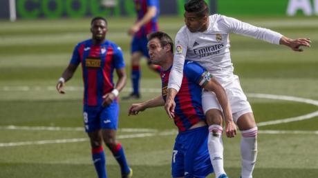 Reals Casemiro (r) und Eibars Kike Garcia (M) im Zweikampf um den Ball.