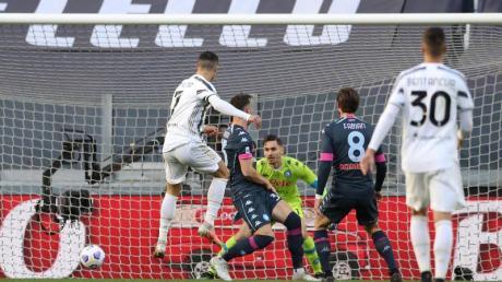 Cristiano Ronaldo(l) erzielt ein Tor für Juve gegen den SSC Neapel.
