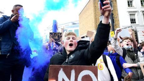 Fans vom FCChelsea protestieren gegen die geplante Super League.
