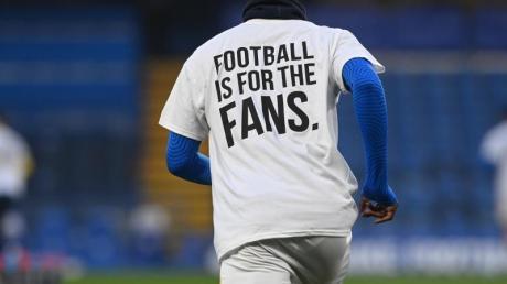 Mit dem Trikot mit der Aufschrift «Football is for the Fans» protestieren Spieler von Brighton and Hove Albion gegen die Super League.