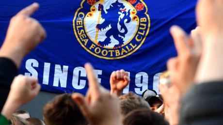 Chelsea-Fans reagieren auf die Nachricht, dass die Blues aus der umstrittenen Super League wieder aussteigen.