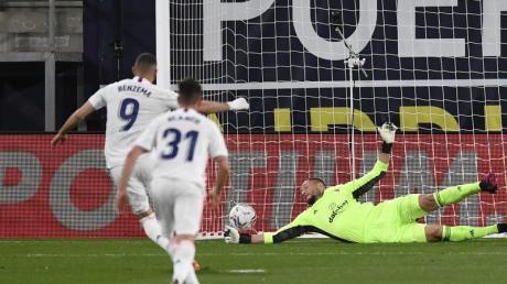 Karim Benzema (l) von Real Madrid erzielt das zweite Tor seiner Mannschaft.