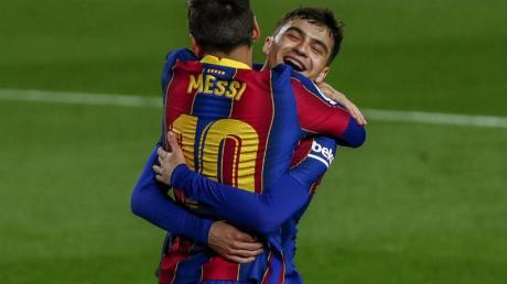 Barcelonas Lionel Messi wird nach seinem zweiten Tor herzlich umarmt.