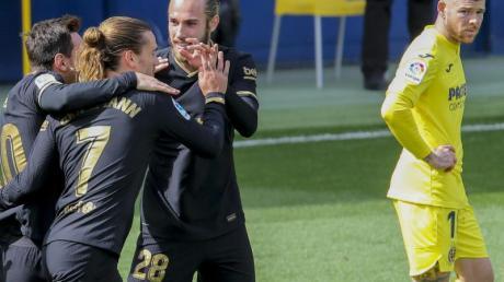 FC Barcelonas Antoine Griezmann (2.v.l) feiert mit seinen Teamkollegen das 1:0 gegen den FC Villarreal - Alberto Moreno (r) schaut zu.